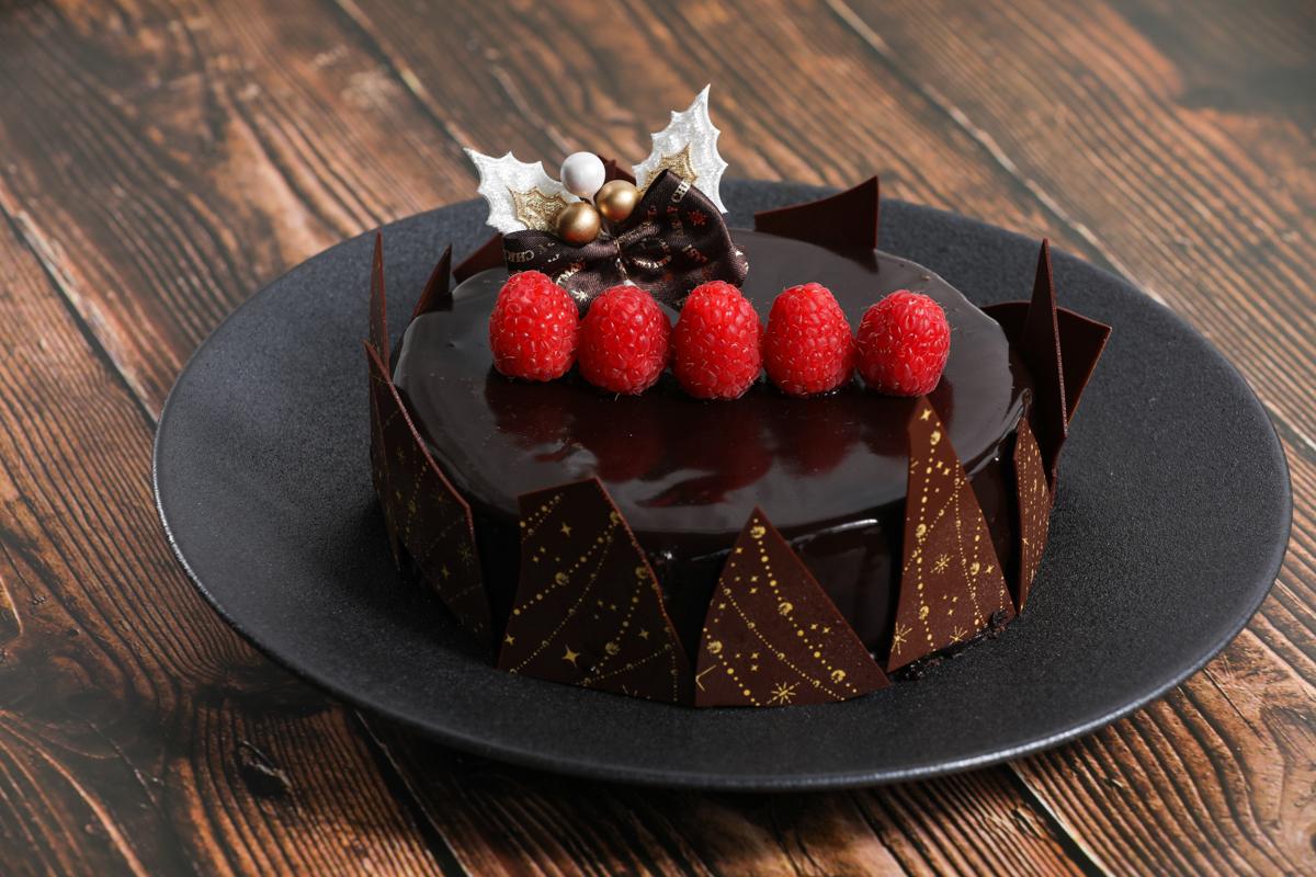 チョコレートとベリーのクリスマスケーキ