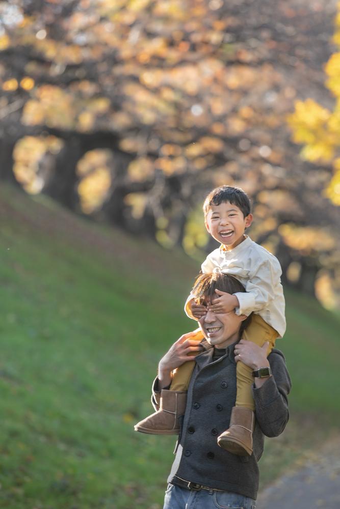 家族写真 紅葉 肩車